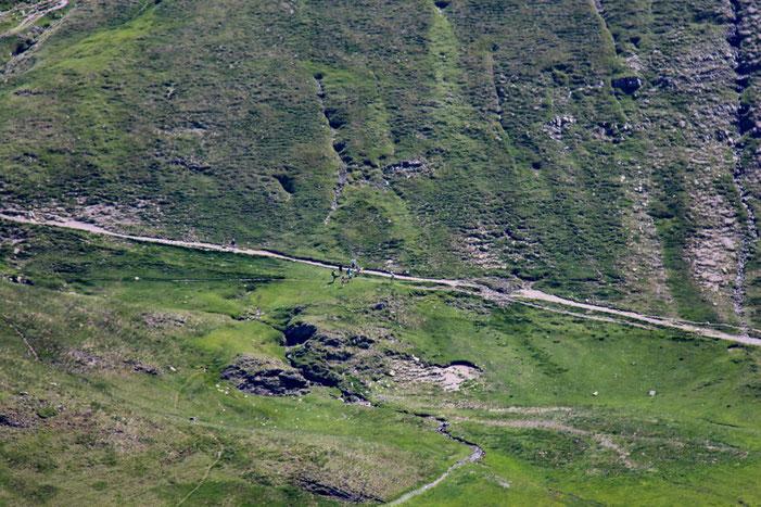 Un des télésiège d'Astun est en service et permet à beaucoup de personnes d'accéder sans trop de peine à ce lac.