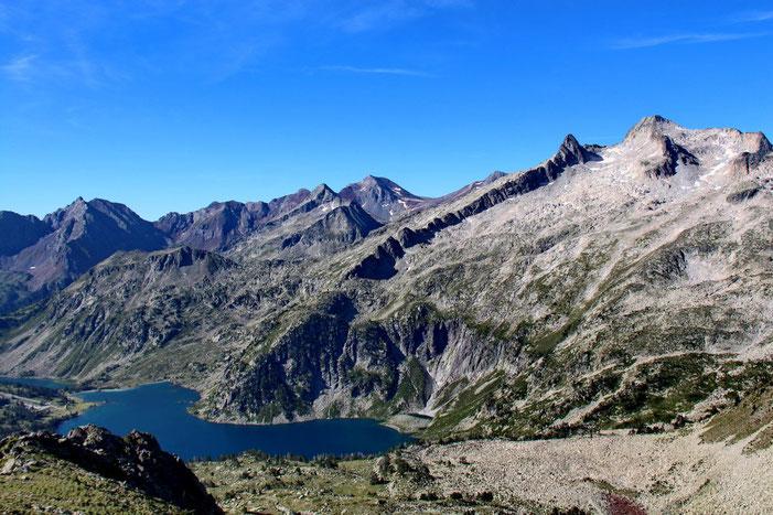 Au Sud, le Lac d'Aubert. A droite, le Pic de Néouvielle (3091m), avec à sa gauche le Pic Ramougn (3011m) dans l'axe de la crête de Barris.