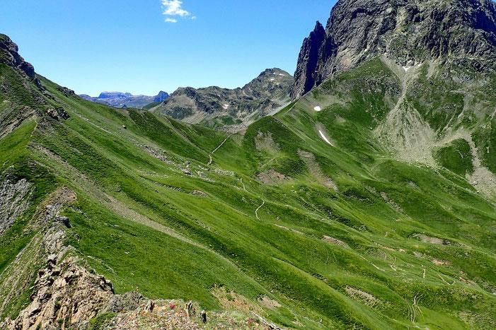 Vue sur le Col de Suzon et la crête qui mène à l'ascension de l'Ossau.