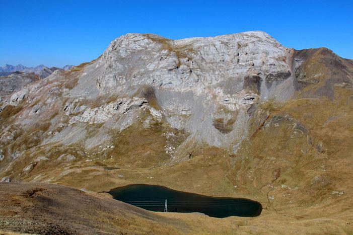 Le Lac de Sautaro surplombé par le Soum Blanc des Espécières.