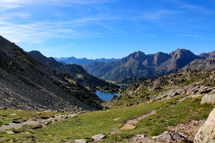 Panorama vers le Sud: le Gourg de Rabas et plus loin les Lacs d'Aubert et d'Aumar
