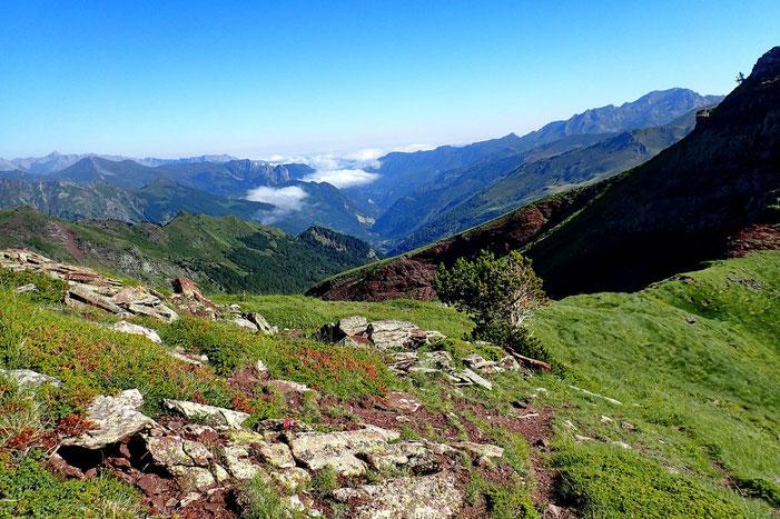 Panorama vers la vallée d'Aspe, la plaine est recouverte de nuages.