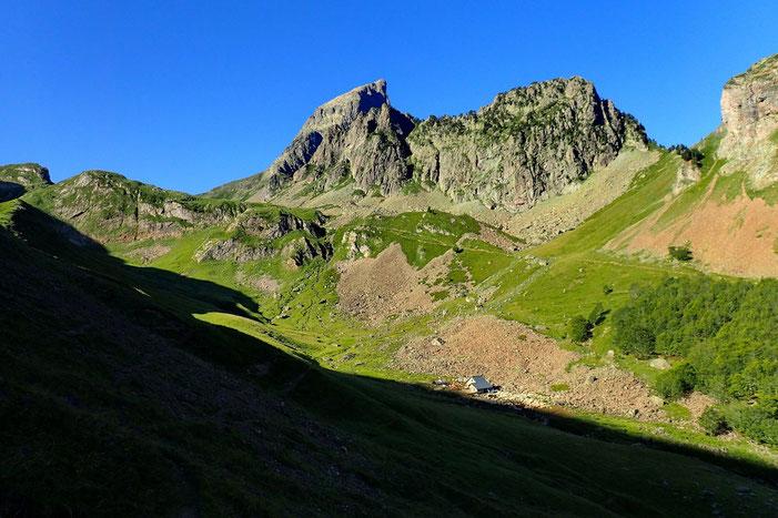 L'Ossau (2884m) et à sa gauche le Col de Suzon (2131m).