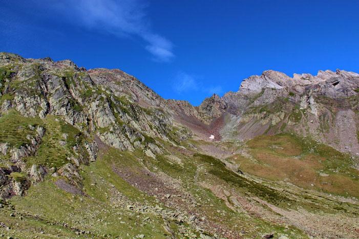 Le Col d'Anglas (2441m). Juste derrière, il y a les pistes de Gourette.