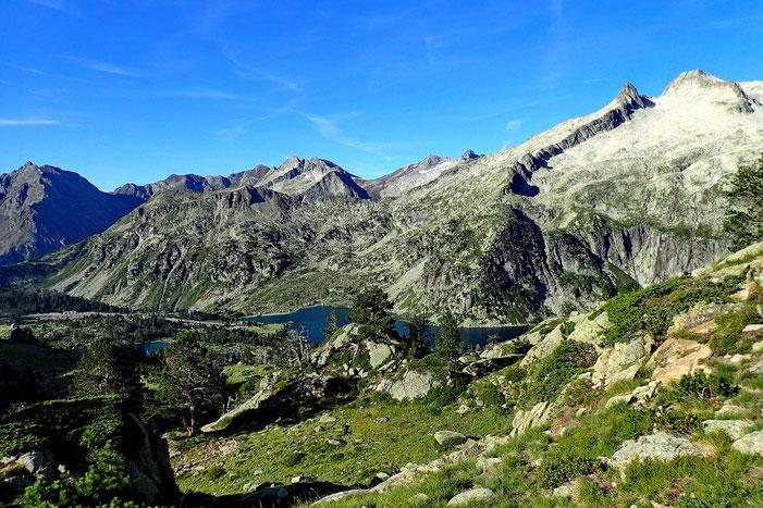 Le Lac d'Aubert dominé par le Pic de Néouvielle (3091m).