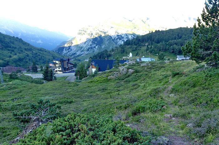 Après quelques mètres de montée, vue sur le Col du Somport..