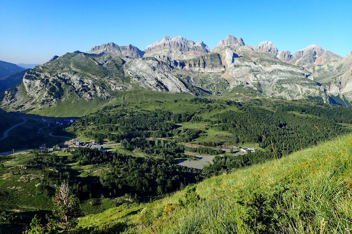 La montée est éprouvante! Quelques pauses pour admirer le paysage : la station du Somport dominée par le Pic d'Aspe (2620m).