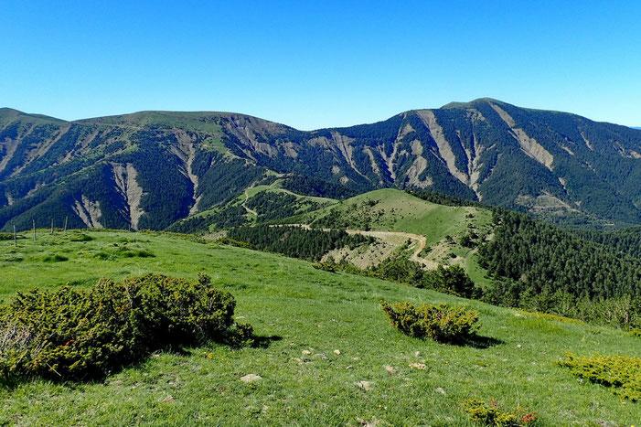 Derrière moi, on voit la piste qui se dirige vers le Pico Pelopin.