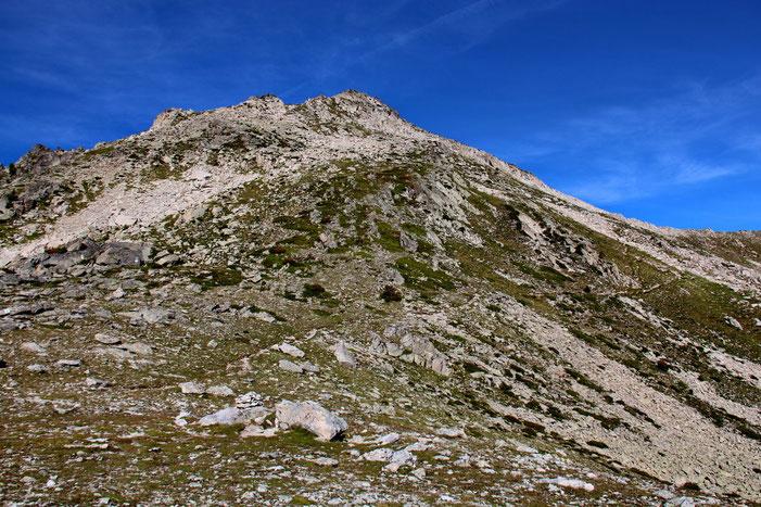 A l'Ouest, le Pic de Madamète (2657m). Sa montée semble relativement facile...