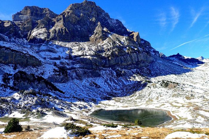 Du sommet, vue sur le lac et la Peña Telera.