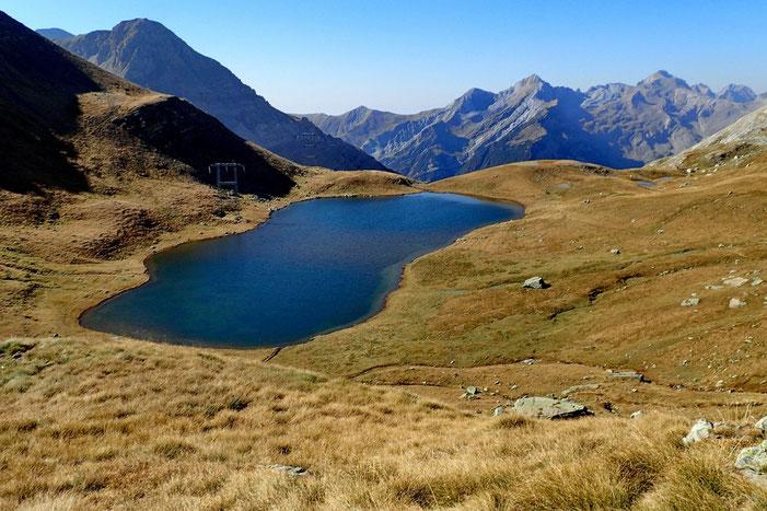 Au col, vue sur l'Espagne et le lac de Sautaro.