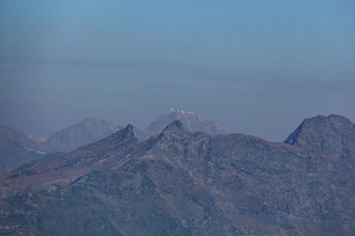 Au loin, un peu dans la brume, le Pic du Midi de Bigorre.