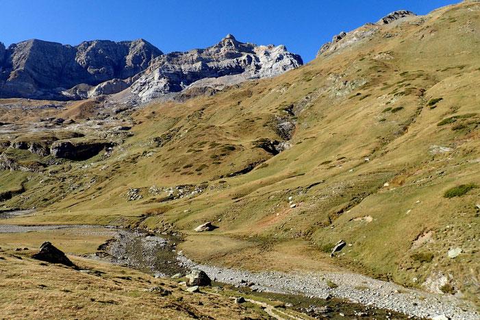 Au centre, le Pic Rouge de Pailla (2780m) avec à sa droite la Hourquette d'Alans, passage vers le Cirque de Gavarnie.