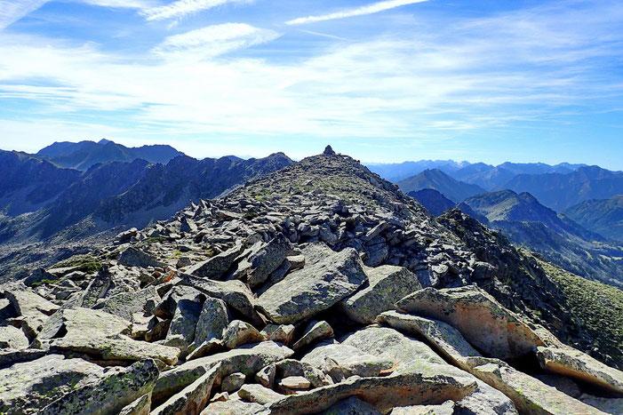 Le cairn sommital du Pic de Madamète vue depuis un sommet secondaire.