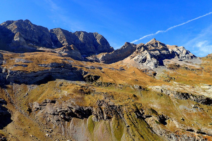 Du Pic de Tuquerouye (2819m) à gauche, au Grand Astazou au Centre. A leurs pieds, quelques glaciers résiduels.