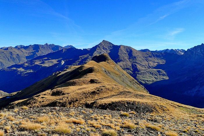 La crête vers le Pic de la Pahule (2292m). Dans l'axe et plus loin, le Piméné (2801m).
