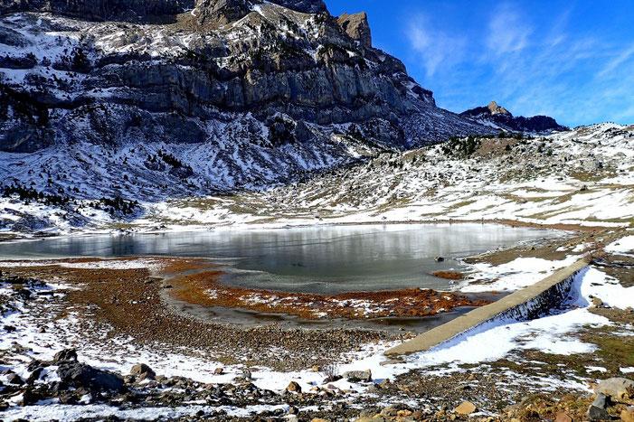 Le Lac de Piedrafita (1600m), en grande partie gelé.
