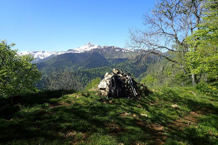 Le cairn sommital. Avec toujours le Montaigu.