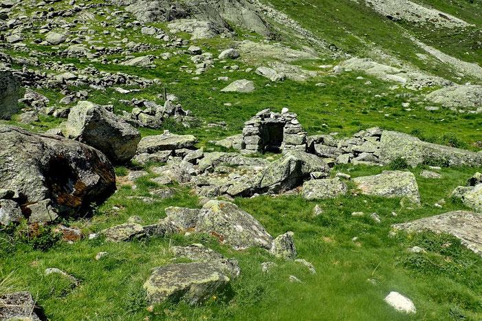 """Un """"leytés"""" témoin d'une forte activité pastorale dans le secteur. Placé juste au dessus du ruisseau, il servait à refroidir le lait."""