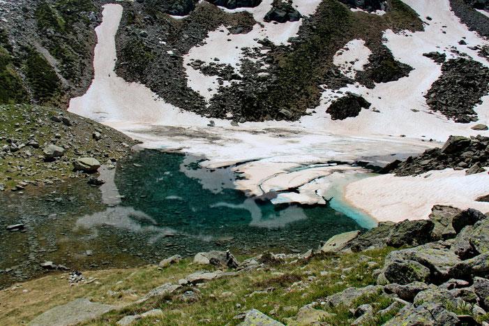 Les lacs sont partiellement recouverts de glace en cette mi-juin.