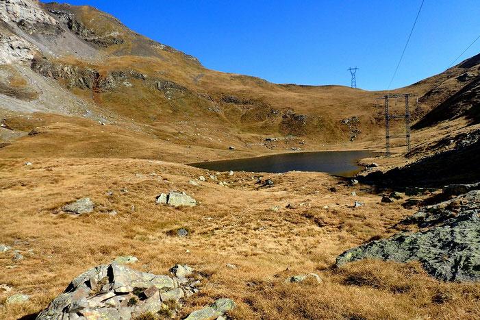 Le Lac de Sautaro et au fond le Col des Espécières (2234m).