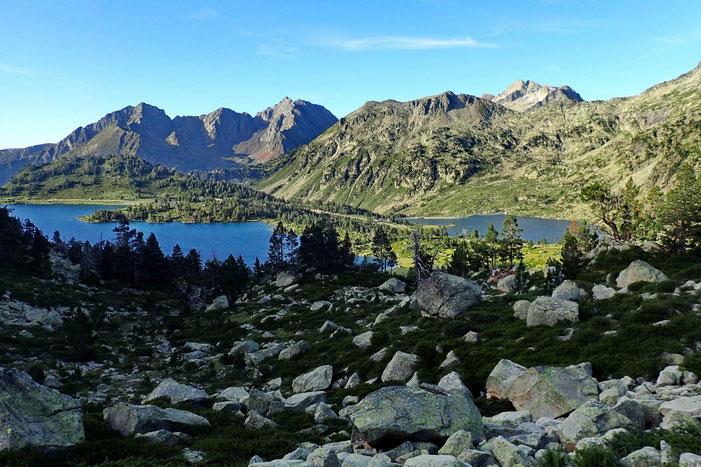 Après quelques mètres de montée, vue sur les lacs d'Aumar et d'Aubert.