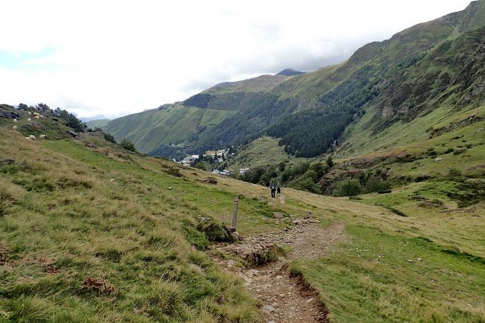 A l'approche du bois de Saxe et vue sur Gourette.