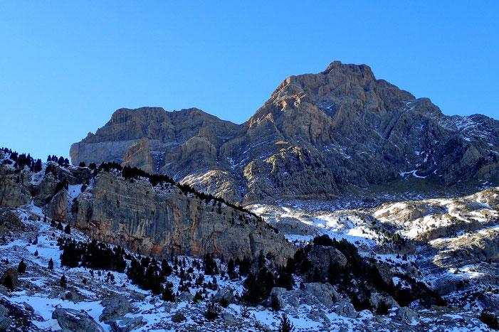 L'imposant massif de la Peña Telera.