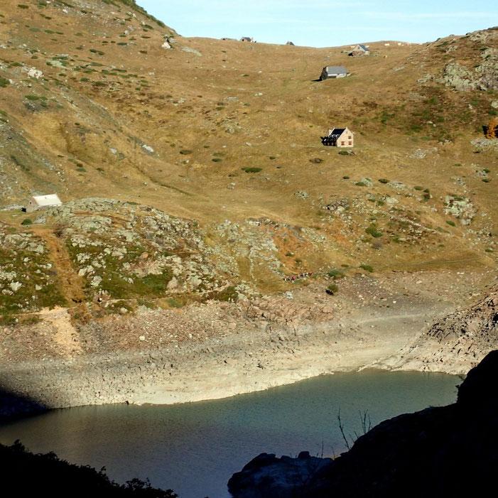 Les granges de Gargantan, juste au dessus du lac.