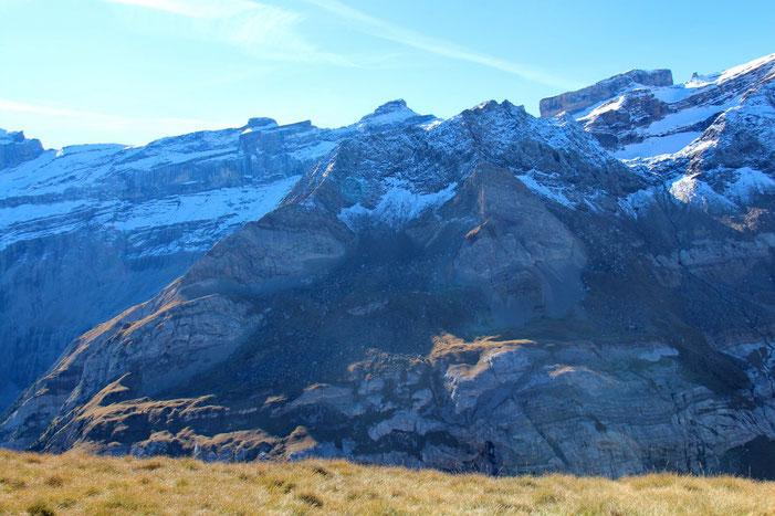Au premier plan, le Pic des Sarradets (2639m).