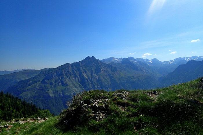 Belle vue à l'Est vers le Pic de Cézy (2209m).