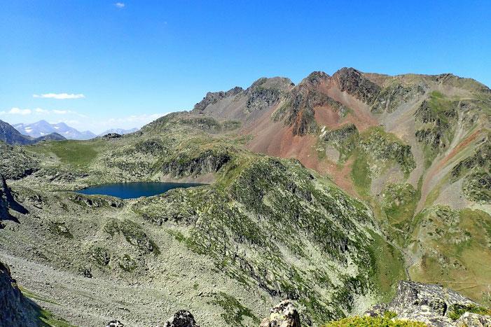 De l'autre côté, le Lac du Pourtet (2411m) avec au dessus le Refuge de Packe au Col de Rabiet.