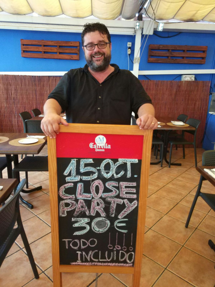 Bati Bordes, de El Marino Rotes, con el cartel anunciador de la fiesta del próximo domingo