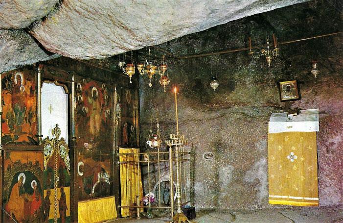 La grotte de l'Apocalypse où l'apôtre Jean aurait reçu les visions de l'Apocalypse. C'est un sanctuaire qui est vénéré. Attention à l'Idolâtrie. Les fissures prouveraient la Trinité.
