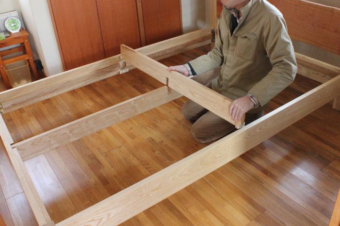 桜の一枚板ヘッドボードのセミダブルベッド(川崎市・S様邸)組み立て3