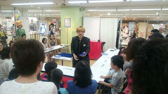愛知のイオンで出張マジック教室をしているマジシャンRYUHEI