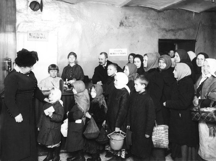Очередь за получением бесплатного обеда в столовой 3-го Городского попечительства о бедных. Петроград. 1916