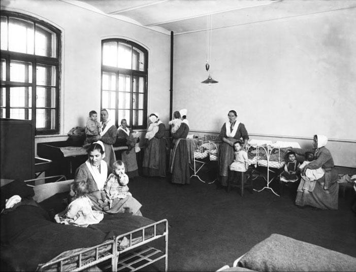 Женщины-заключенные с детьми в камере Арсенальной женской тюрьмы. Санкт-Петербург. 1912