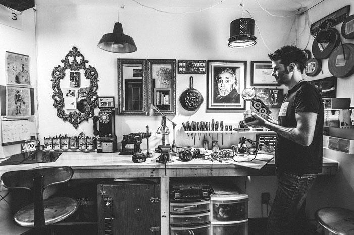 LARTISNICK, artiste upcycling dans son atelier de Montréal