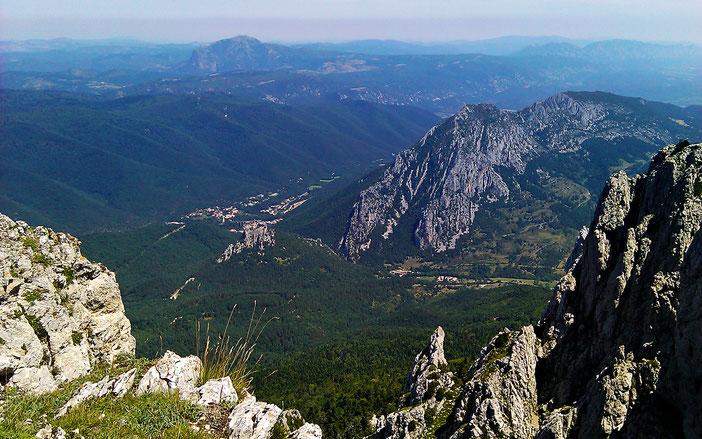 Sentier de la Forêt d'En Malo - vue sur le Château de Puilaurens et le Pic de Bugarach - Rando Pyrénées Audoises