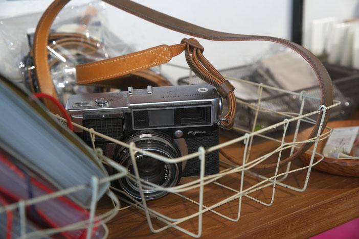 針金ラックに入れられた、古いカメラ
