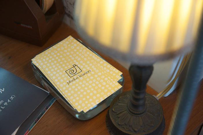 アンティークな感じのランプとショップカード
