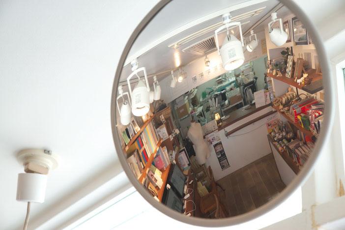 店内を映す、丸い鏡