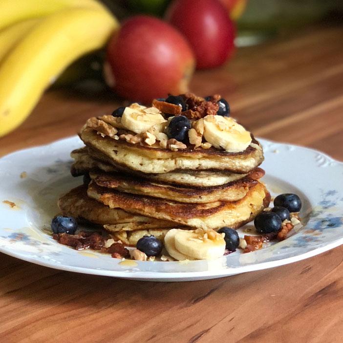 Glutenfreie, industriezuckerfreie fluffige Pancakes american Style mit Blaubeeren, Walnüssen, Ahornsirup