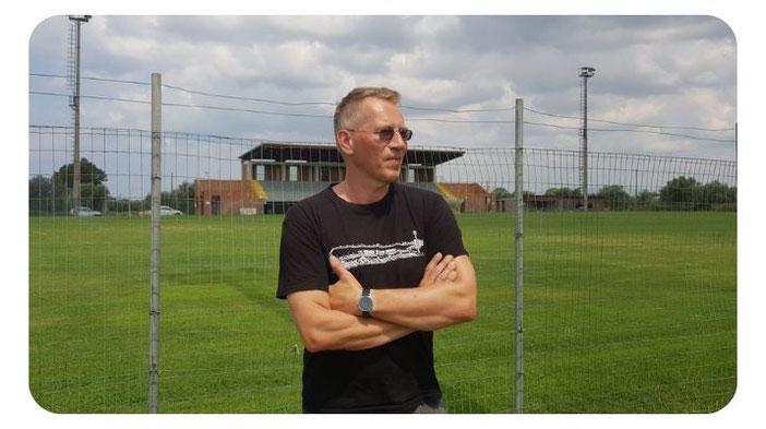 Der Kolumnist Matthias Schwaiger, zu sehen bei einem seiner zahlreichen Ausflüge rund um den Fußball