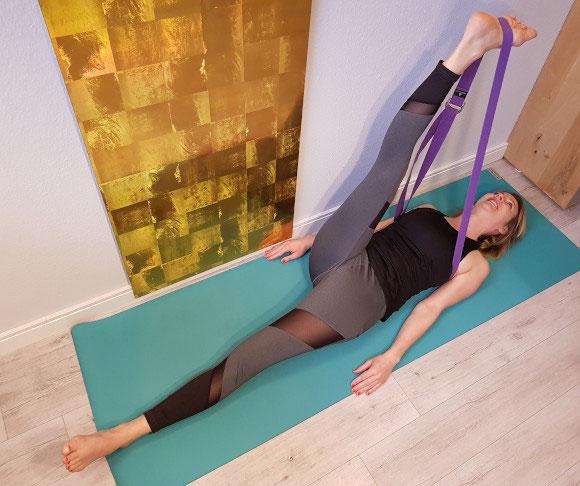 Beindehnung mit Yoga-Gurt