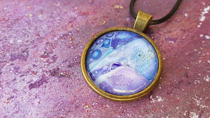 collier-pendentif-bronze-bijou-femme-violet-bleu-irise-cadeau-fete-idee-collection-royan