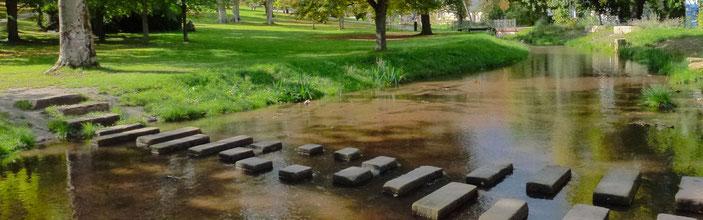 """Trittsteine, im Volksmund auch """"Ochsenklavier"""" genannt, überqueren die Isenach im Kurpark Bad Dürkheim. Foto: Stadt Bad Dürkheim"""