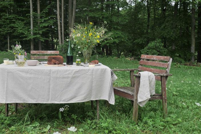 Tisch mit Essen in der Natur