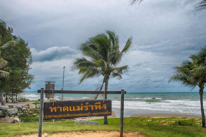 Die Strandpromenade des Mae Rumphueng ist gut ausgebaut und sauber